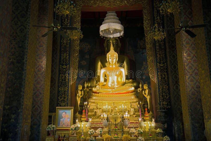 Sculptures d'un Bouddha, temple bouddhiste de Wat Bowonniwet Bangkok, Thaïlande photographie stock libre de droits