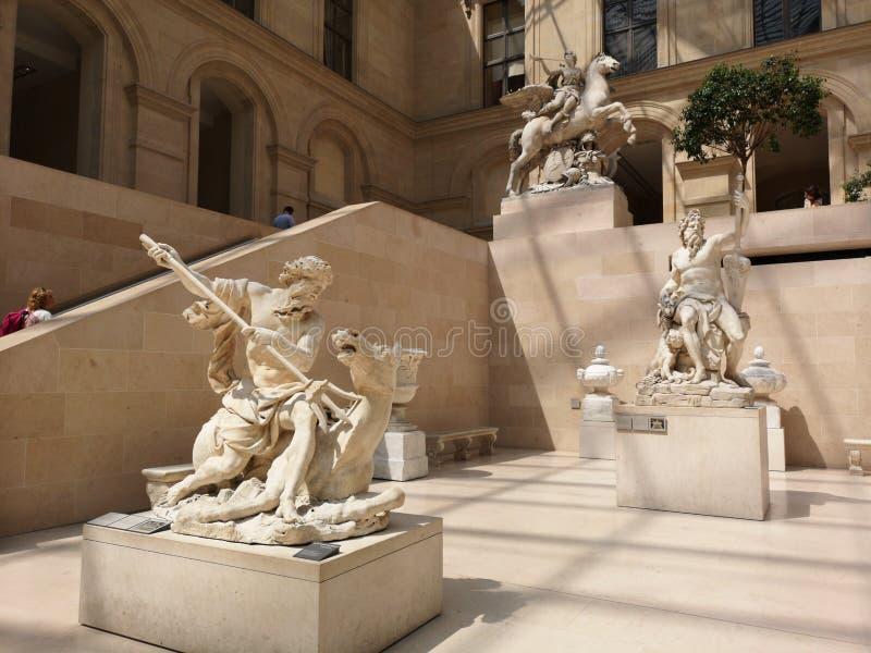 Sculptures dans le musée de Louvre à Paris, France images stock