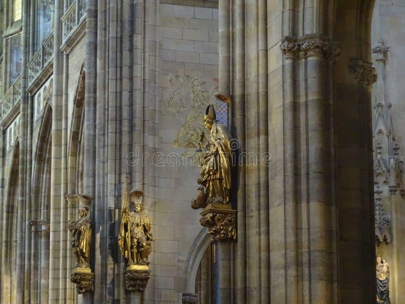 Sculptures dans une église photographie stock libre de droits