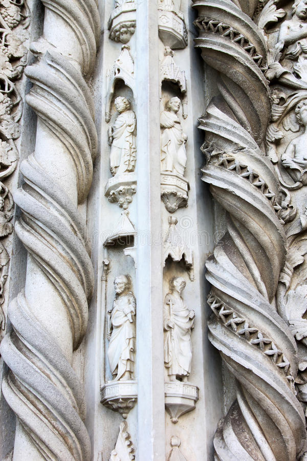 Sculptures de San Fortunato dans Todi, Italie photo stock