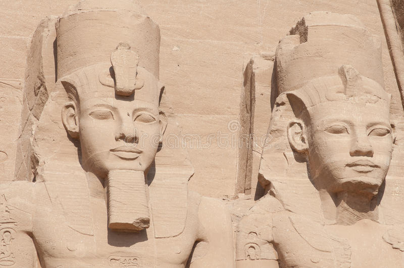 Sculptures du Roi Ramses II et Reine Nefertari en Abu Simbel images stock