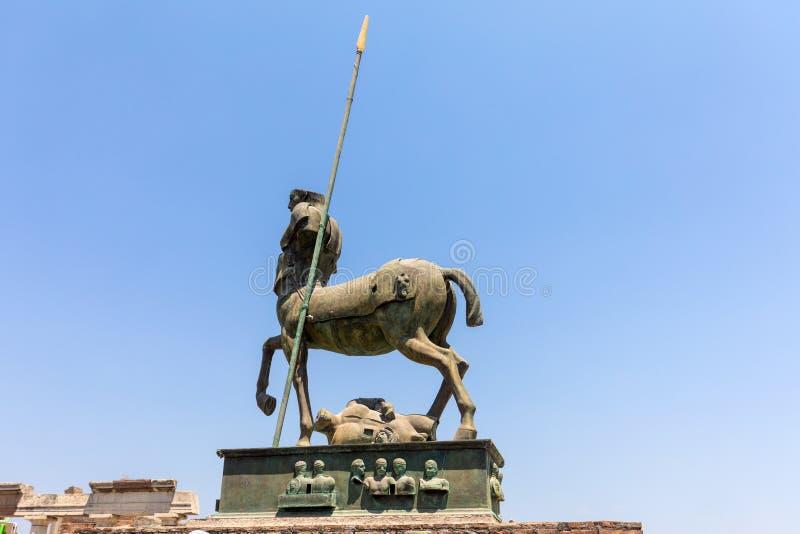 Sculptures du sculpteur polonais Igor Mitoraj sur l'affichage au site archéologique de Pompeii, photo libre de droits