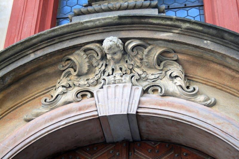 Sculptures en ange sur un bâtiment à Prague photographie stock libre de droits