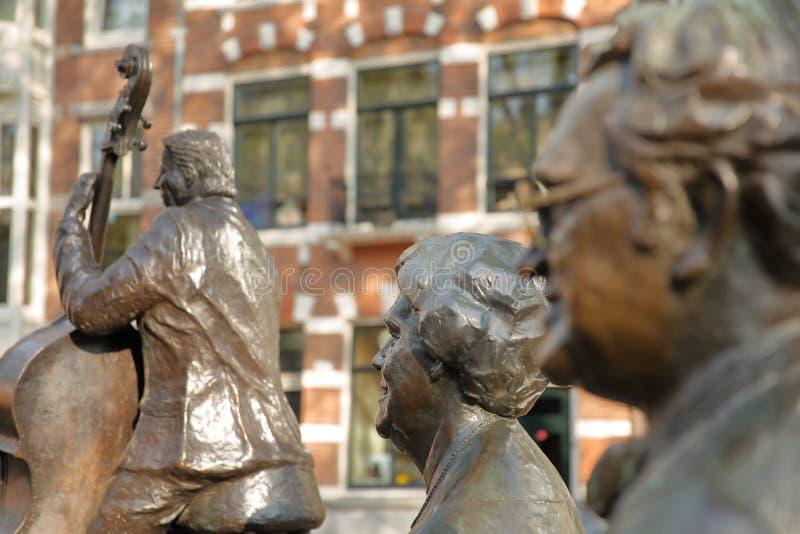 Sculptures en bronze des musiciens et des chanteurs néerlandais célèbres Johnny Meyer, Johnny Jordaan et Manke Nelis, situé s image stock