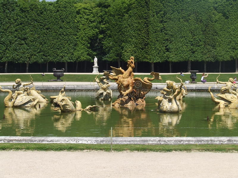Sculptures en fontaine de jardin de Versailles images libres de droits