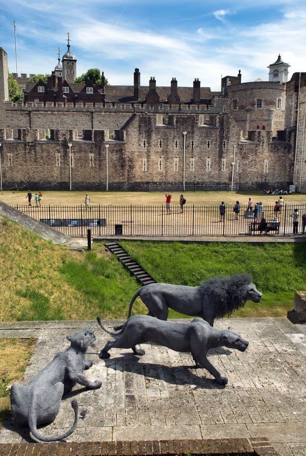 Sculptures en lions à la tour de Londres photo stock