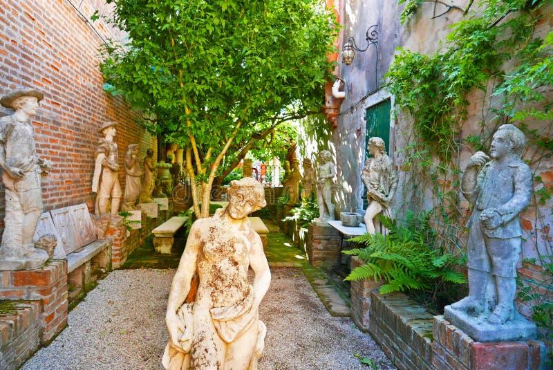 Sculptures en musée d'île de Torcello image stock