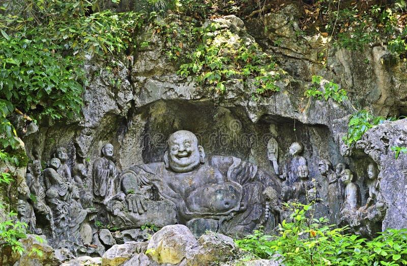 Sculptures en pierre de grand ` Maitreya Bouddha de ventre de ` et de dix-huit moines de Lohan chez le temple de Lingyin, Hangzho photographie stock