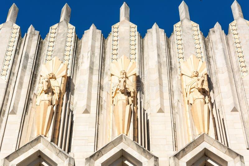 Sculptures en terre cuite sur la façade de l'Église Méthodiste Unie d'avenue de Boston à Tulsa, CORRECTE images stock