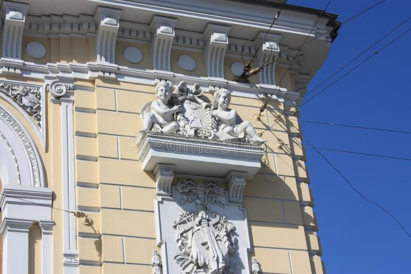 Sculptures et bas-reliefs de la façade du bâtiment avec des anges photo libre de droits