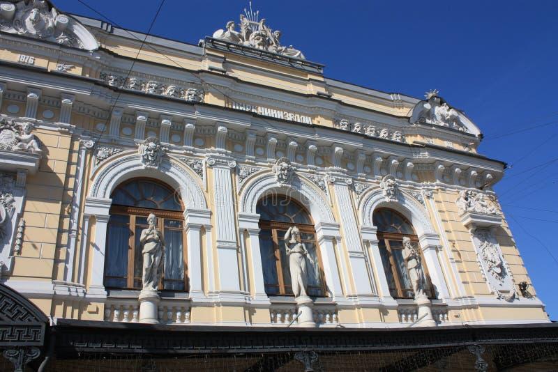 Sculptures et bas-reliefs de la façade du bâtiment avec des femmes photos stock