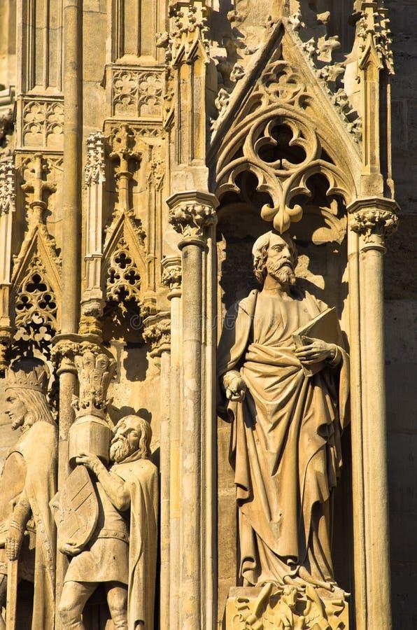 Sculptures et d'autres détails de l'extérieur de St Stephen catedral au centre ville de Vienne image libre de droits