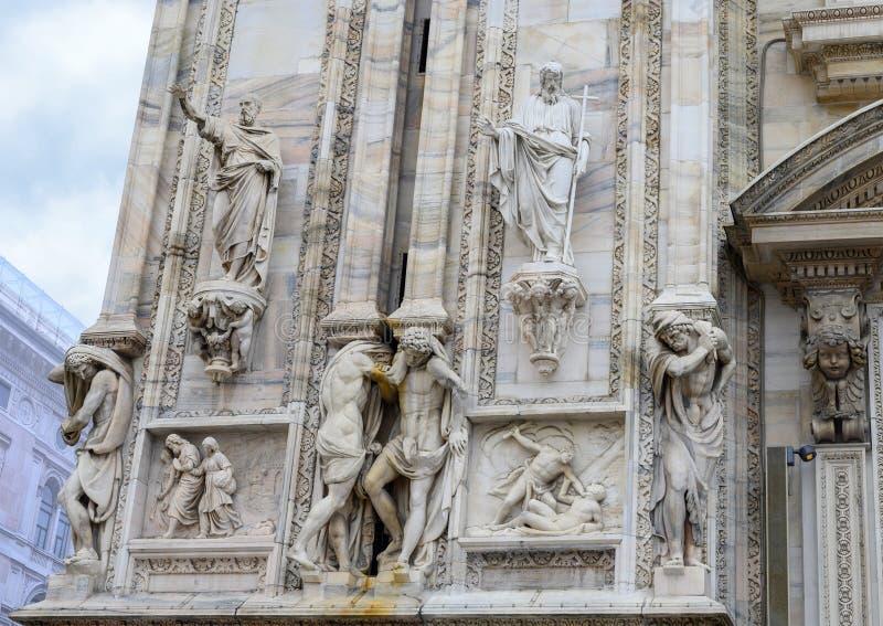 Sculptures et soulagements Di extérieurs Milan, l'église de Milan Cathedral ou de Duomo de cathédrale de Milan, Lombardie, Italie images libres de droits