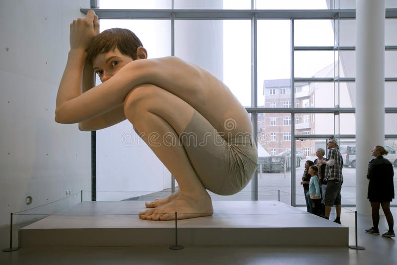 sculptures Hyper-réalistes Ron Mueck - garçon Kunstmuseum d'ARoS Aarhus, Arhus photo stock