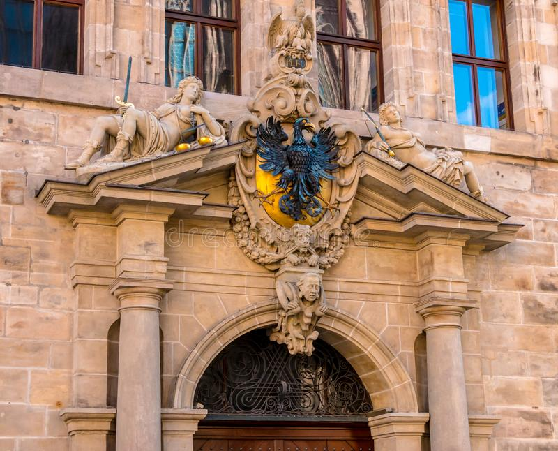 Sculptures sur le vieil hôtel de ville à Nuremberg images stock