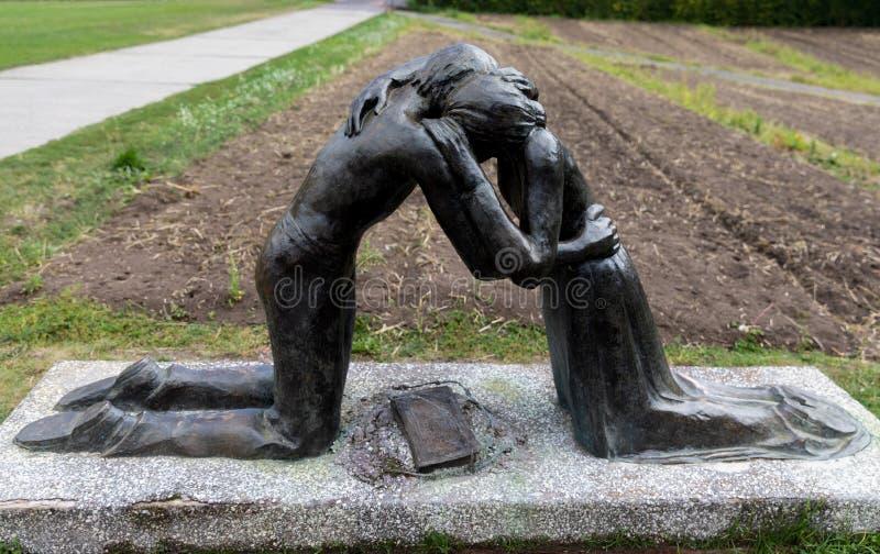Scultpure en Berlin Wall Memorial en Berlín, Alemania imagen de archivo