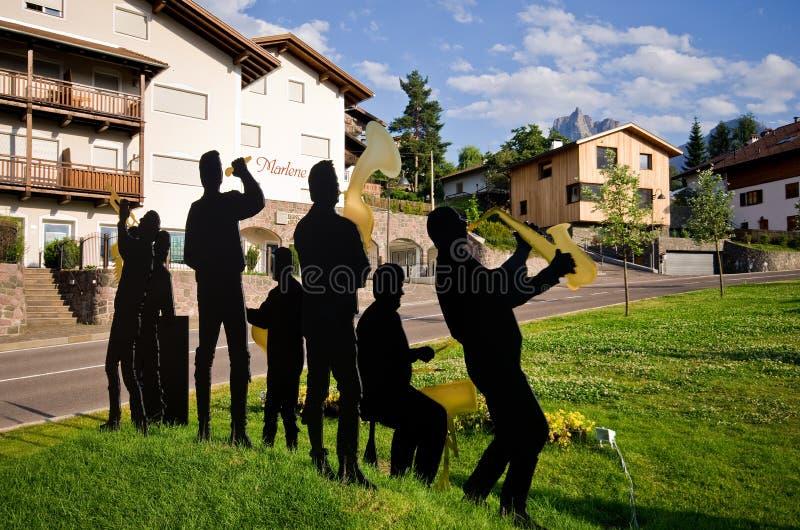 Scultpure folklorique de bande dans Castelrotto, Italie photographie stock