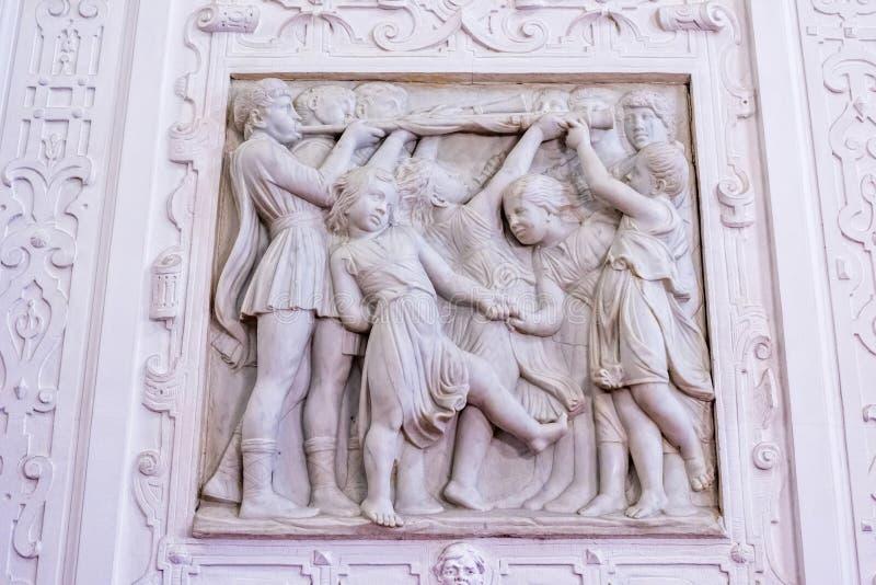 Scultura allegorica ornamentale del marmo di bassorilievo con i bambini fotografia stock