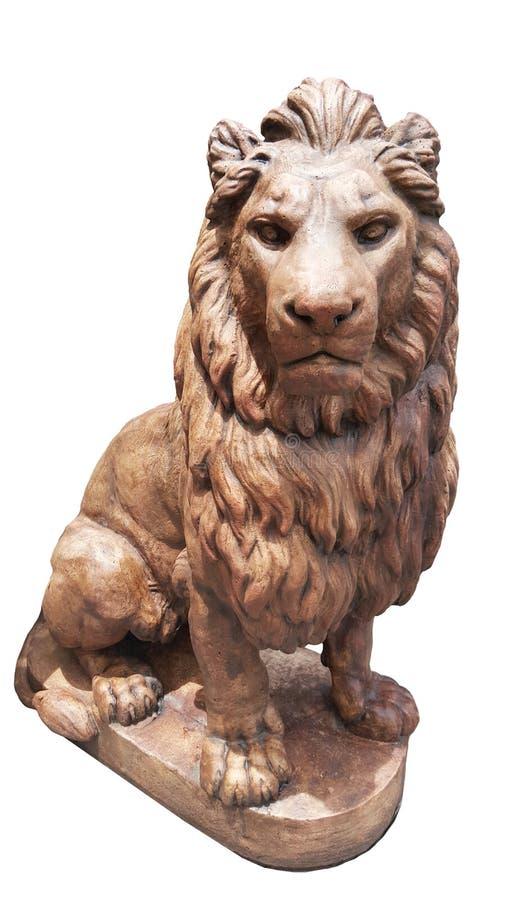 Scultura antica del rame del metallo di seduta del leone isolato sugli ambiti di provenienza bianchi, forte animale spaventoso br fotografia stock
