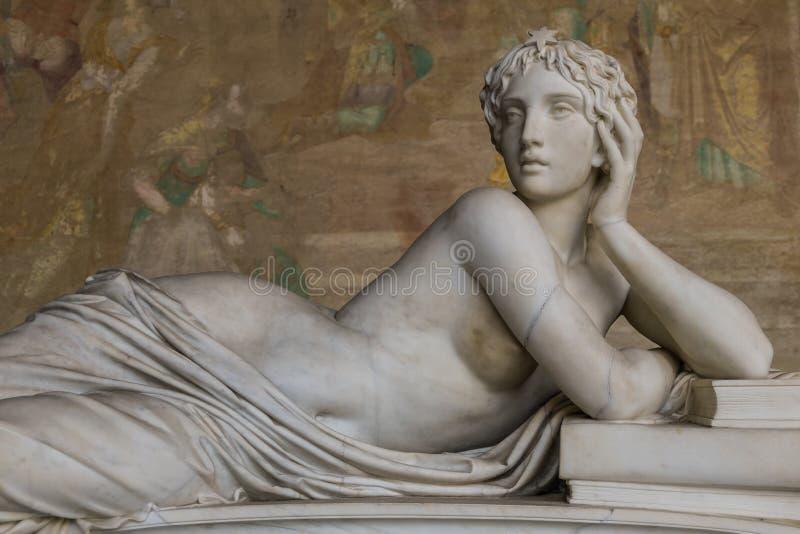 Scultura antica di bella donna da Pisa, immagine stock