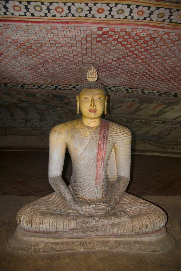 Scultura antica di un Buddha messo in una delle prime tempie della caverna del buddista del Ceylon Dambulla La Sri Lanka fotografia stock