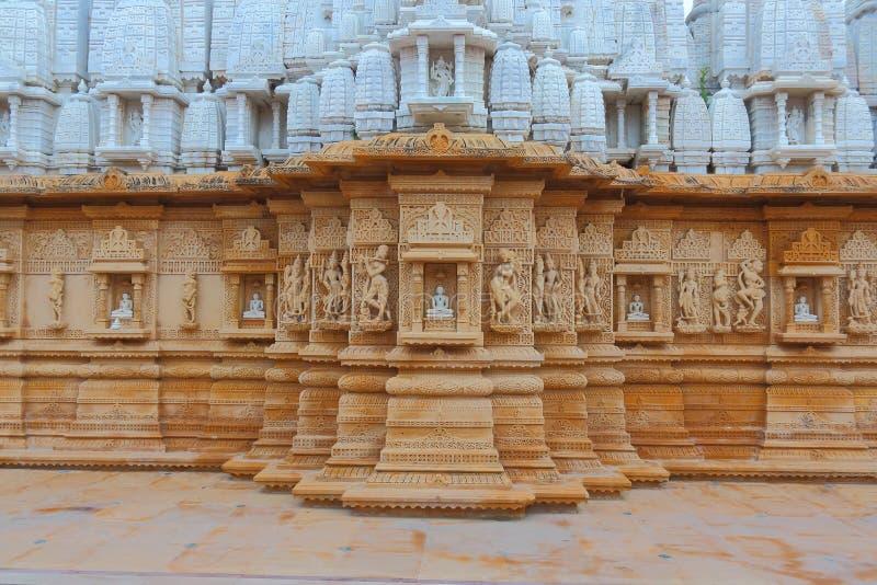 Scultura artistica sulla pietra rossa e bianca, parshwanath shankheshwar, tempio jain, gujrat, India fotografia stock libera da diritti