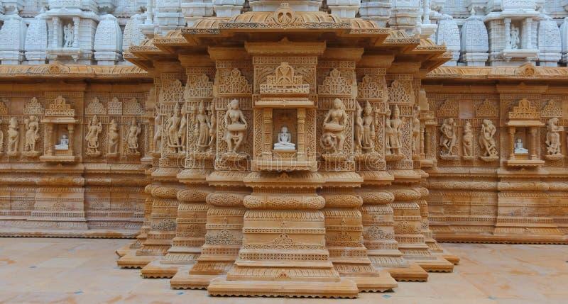 Scultura artistica sulla pietra rossa e bianca, parshwanath shankheshwar, tempio jain, gujrat, India fotografia stock
