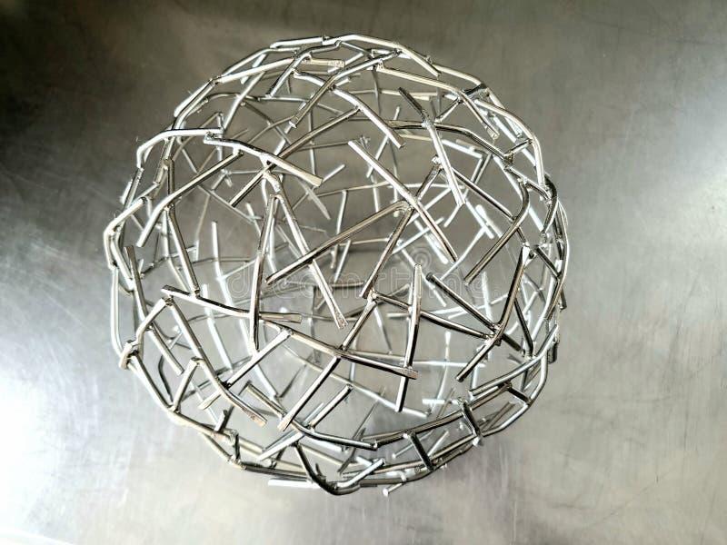 Scultura astratta della sfera metallica fotografia stock