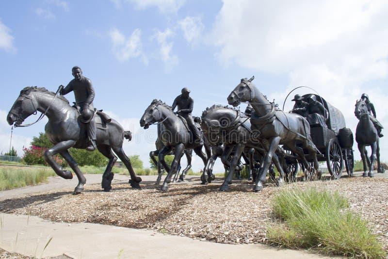 Scultura bronzea in città moderna Oklahoma fotografia stock libera da diritti