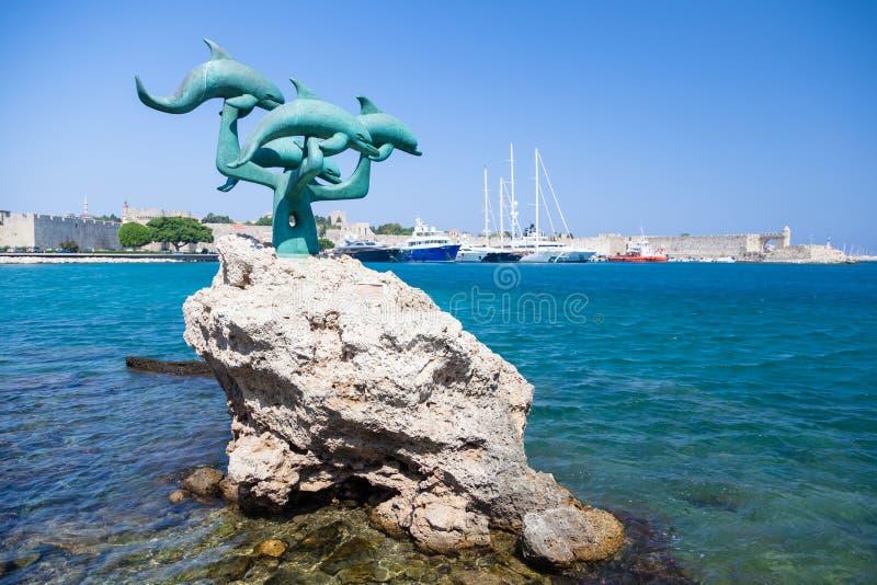 Scultura bronzea dei delfini su Rodi immagine stock libera da diritti