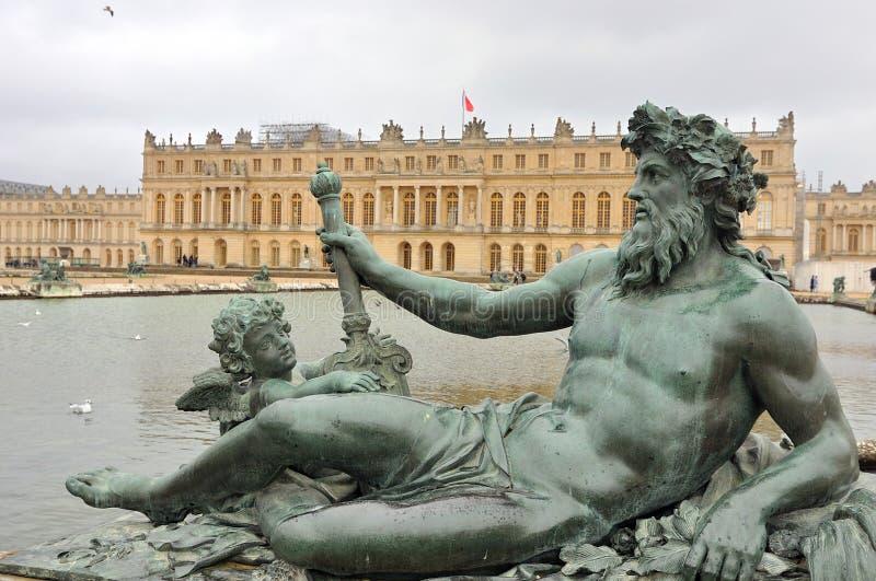 Scultura bronzea nel giardino dell'acqua del palazzo di Versailles Château de Versailles, Parigi fotografia stock libera da diritti