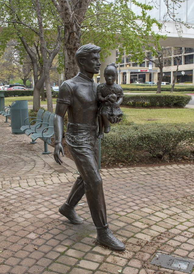Scultura bronzea nel Richard & in Annette Bloch Cancer Survivors Park, Dallas, il Texas immagine stock libera da diritti