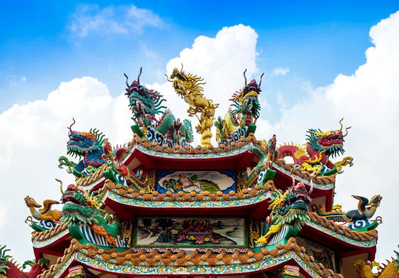 Scultura cinese variopinta del cigno e del drago sui tetti del ch fotografie stock libere da diritti