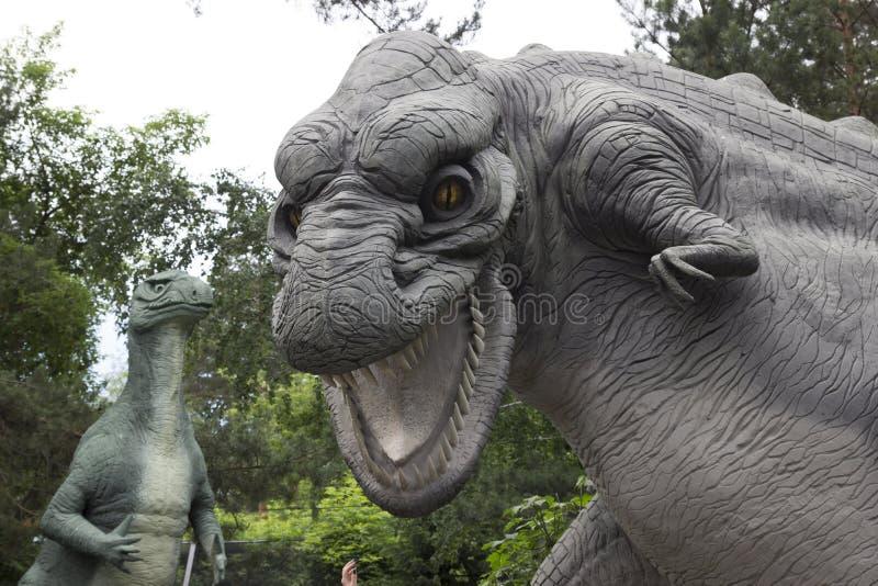 Scultura concreta del Diplodocus nello zoo di Novosibirsk I dinosauri erano turisti superiori usati di tiraggio Scultura del dino fotografie stock libere da diritti