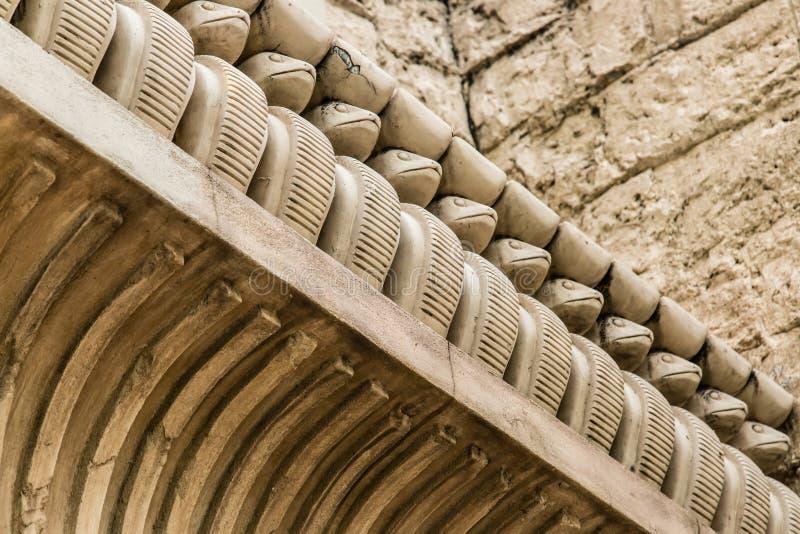 Scultura d'annata del serpente di stile dell'Egitto sul vecchio dettaglio di costruzione della gronda immagine stock libera da diritti