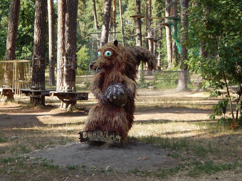 scultura degli scoiattoli fatti da paglia immagini stock libere da diritti