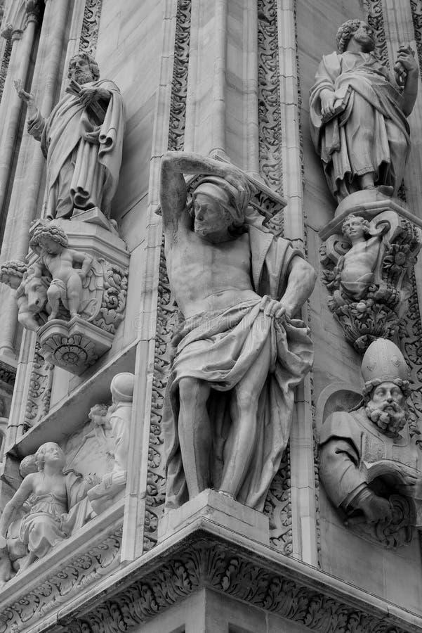 Download Scultura Dei San Della Facciata Di Milan Cathedral Fotografia Stock - Immagine di cattedrale, santa: 85911340
