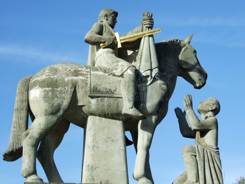 Scultura del cavallerizzo con una spada fotografia stock libera da diritti