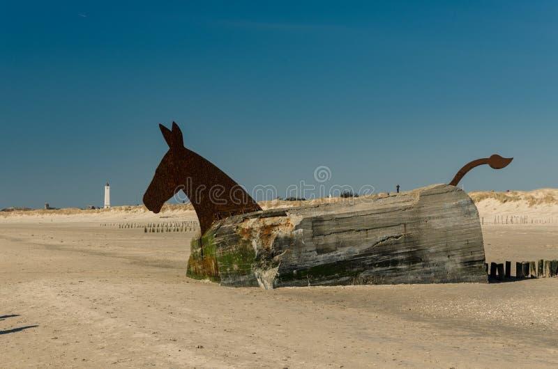 Scultura del cavallo fatta del bunker della seconda guerra mondiale, Blavand, Danimarca fotografia stock