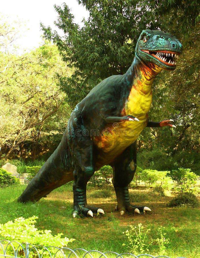 Scultura del dinosauro nel parco immagine stock