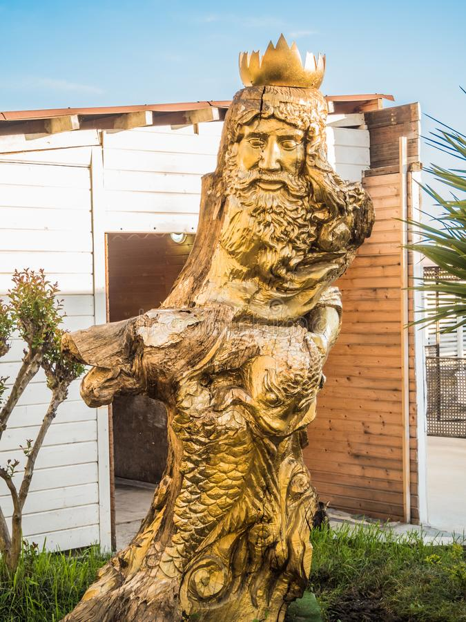 Scultura del dio di acqua Nettuno da un albero sul mare Russia in Soci immagine stock libera da diritti