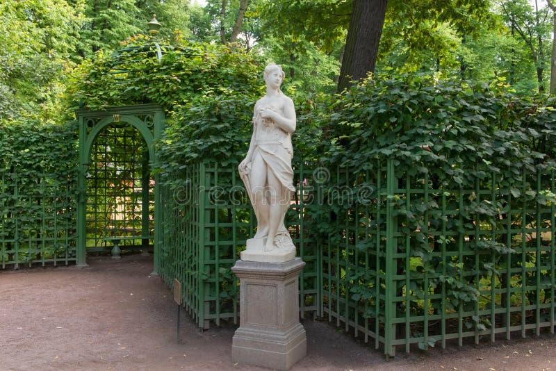 Scultura del giardino di estate fotografia stock
