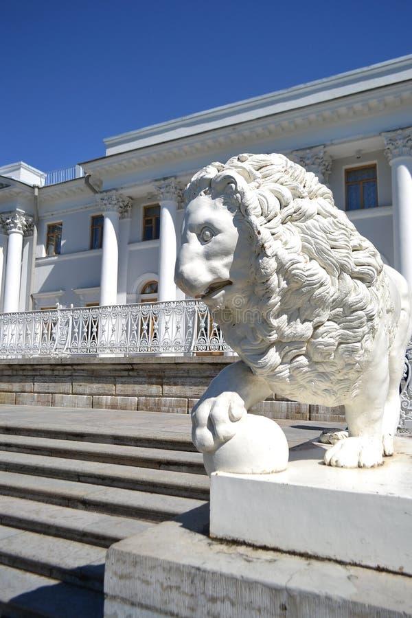 Scultura del leone al palazzo di Yelagin immagine stock