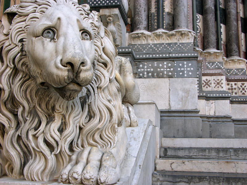 Scultura del leone davanti alla cattedrale Saint Lawrence a Genova, Italia fotografia stock libera da diritti