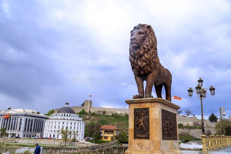 Scultura del leone e fortezza del cavolo sulla collina a Skopje, Macedoni immagini stock libere da diritti