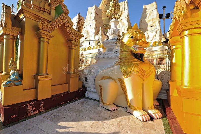 Scultura del leone nella pagoda dello schwedagon, Rangoon, Myanmar. immagini stock