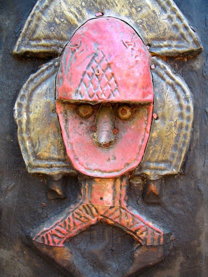 Scultura dell'Africano del metallo e di legno fotografie stock libere da diritti