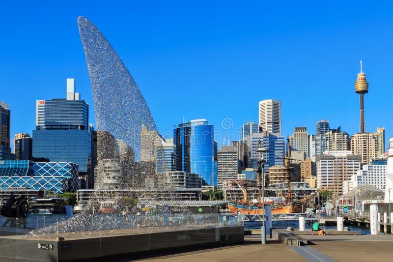 Scultura dell'aletta dello squalo da Darling Harbour, Sydney, Australia fotografie stock