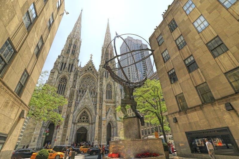Scultura dell'ATLANTE e st Patrick Cathedral fotografie stock
