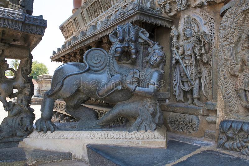 Scultura dell'emblema di Hoysala all'entrata orientale del tempio di Chennakeshava, Belur, il Karnataka fotografie stock libere da diritti